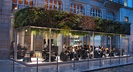 Café en con terraza en Milán onde a xente toma un café